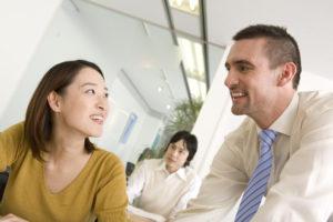 Parler de choses quotidiennes peut créer des dialogues naturels en anglais pour les étudiants.